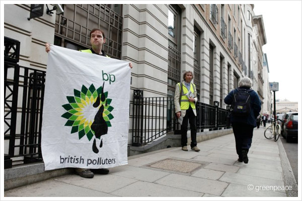 BP-Logo / Greenpeace-Aktion in London