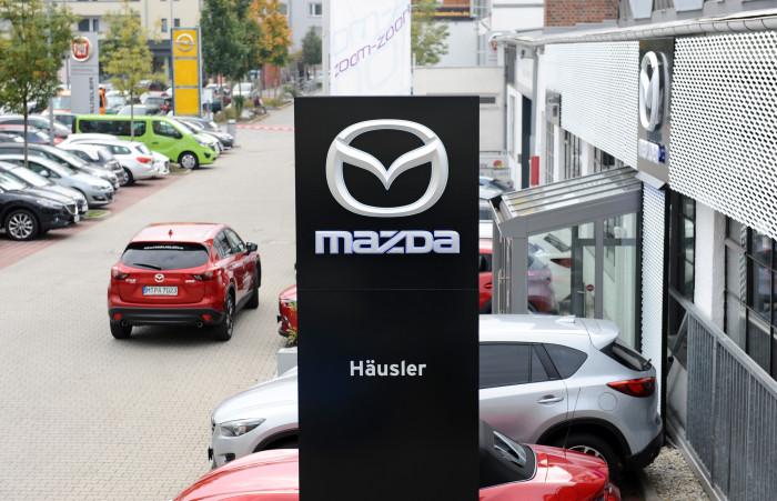 Die neue, durchgängig schwarze Pylone lässt erahnen, wie ein konsequent umgesetztes Gestaltungskonzept hätte aussehen können. Quelle: Mazda