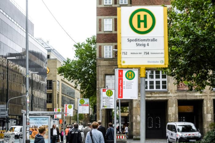 """""""Haltestellenschilder-Teststrecke"""" an der Heinrich-Heine-Allee, Quelle: Andreas Endermann / RP ONLINE"""