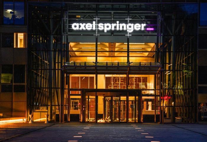Neues Logo am Axel Springer Gebäude, Foto: Charles Yunck, Quelle: Axel Springer SE