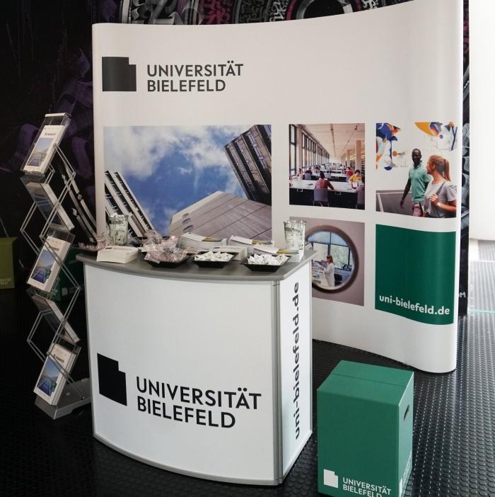 Uni Bielefeld – Infostand neues Corporate Design, Quelle: Uni Bielefeld