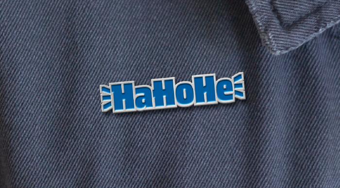 """Hertha"" Font – HaHoHe-Anstecker, Quelle: Supertype"