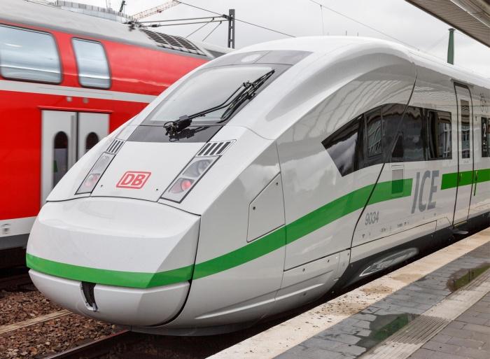 ICE 4 Außendesign – Streifen wird grün, Quelle: Deutsche Bahn AG, Foto: Pierre Adenis
