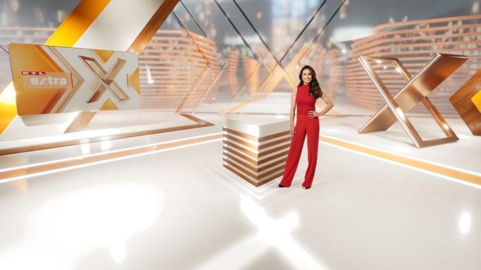 "Moderatorin Nazan Eckes im ""EXTRA""-Studio, Quelle: RTL Mediengruppe"