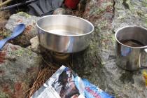 Outdoor-Küche bestehend aus Trangia-Kocher und getrockneten Lebensmitteln – GR 20